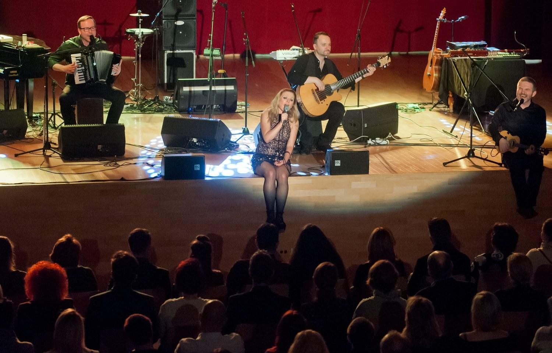 Anna Maria Jopek siedzi na scenie