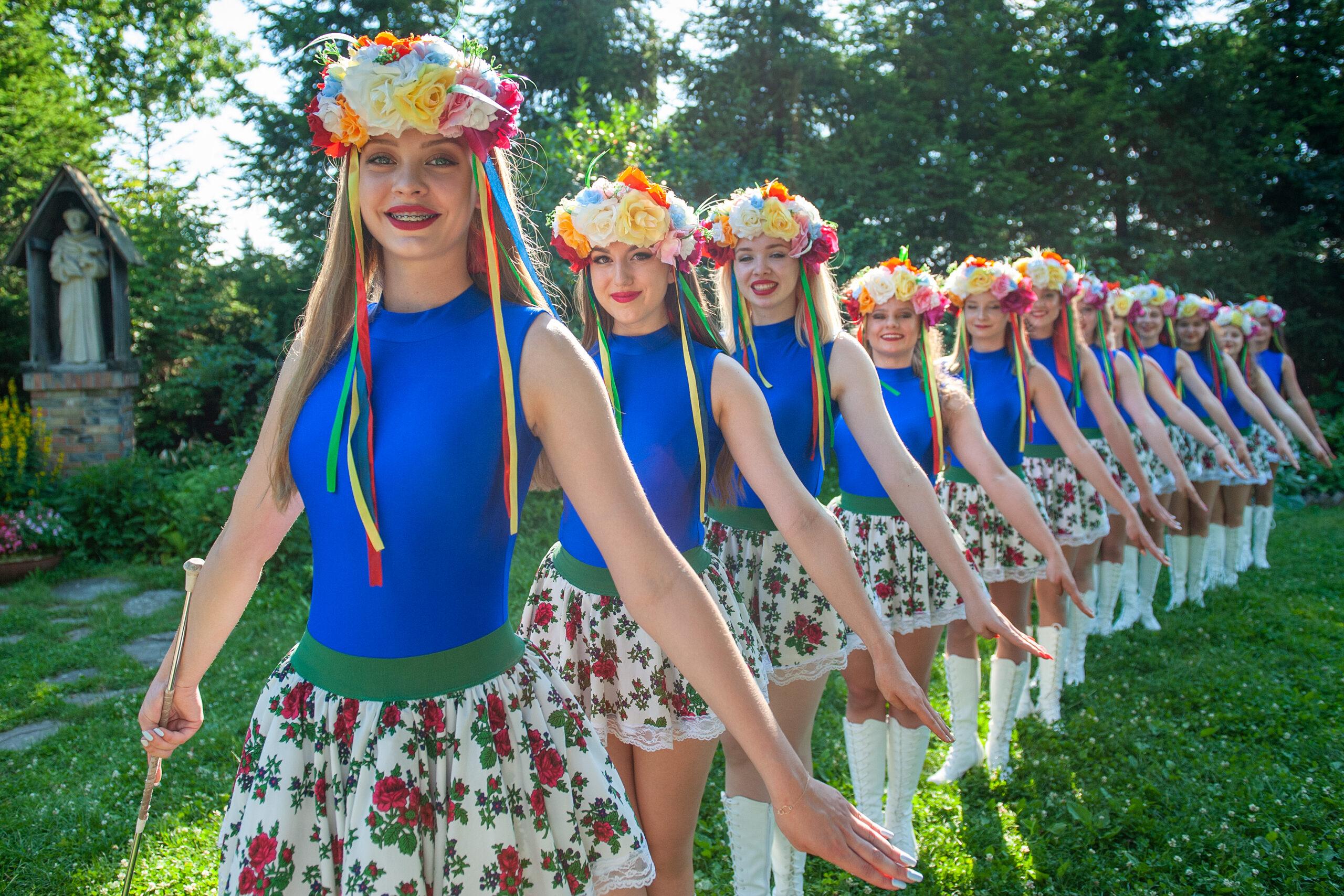 Grupa dziewczyn - mażoretek ustawionych jedna za drugą