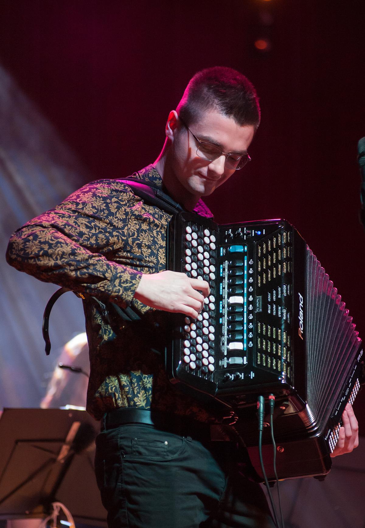 Mężczyzna gra na akordeonie